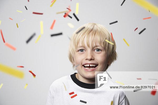 Glücklicher Junge im Fußballtrikot  Portrait