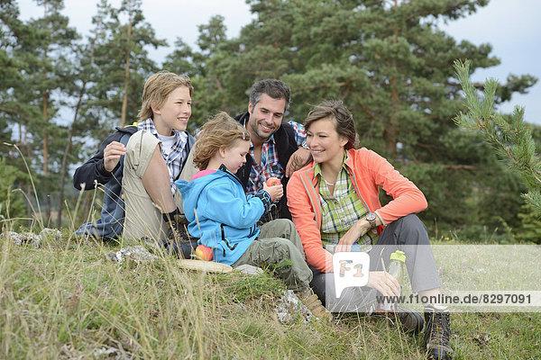 Familie macht eine Pause auf einer Wanderung