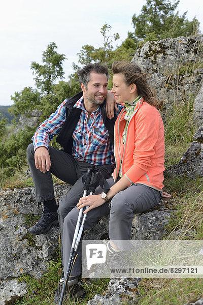 Paar macht eine Pause auf einer Wanderung