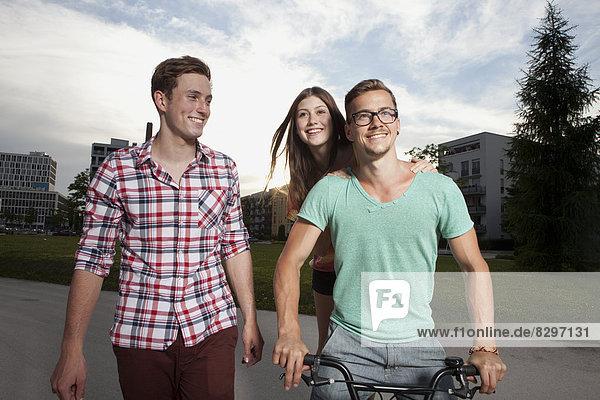 Deutschland  Bayern  München  Freunde wandern mit dem BMX Fahrrad