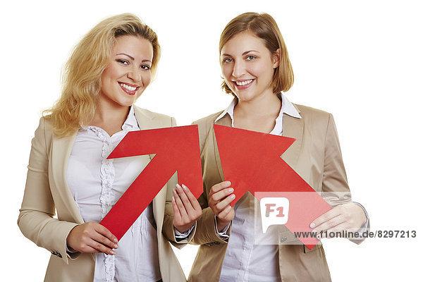 Geschäftsfrauen mit roten Pfeilen