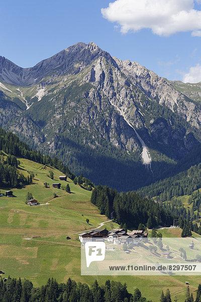 Österreich,  Kärnten,  Karnische Alpen,  Lesachtal,  Dorf Xaverlberg,  im Hintergrund Lienzer Dolomiten
