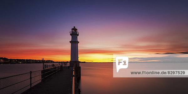 UK  Schottland  Edinburgh  Newhaven Harbour mit Leuchtturm bei Sonnenuntergang