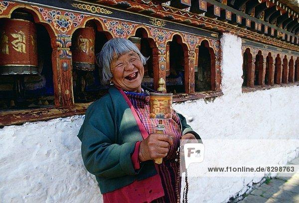 Stützrad  Frau  lachen  fünfstöckig  Buddhismus  Bhutan  alt  Paro  Gebet