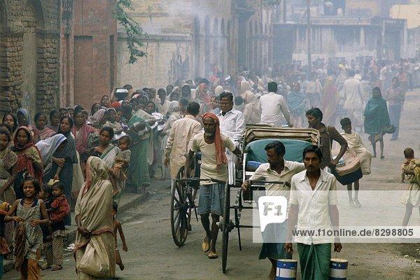Armut  arm  arme  armes  armer  Bedürftigkeit  bedürftig  Mensch  Menschen  Lebensmittel  Morgen  früh  Aufgabe  Reihe  Mutter - Mensch  Kalkutta  Indien