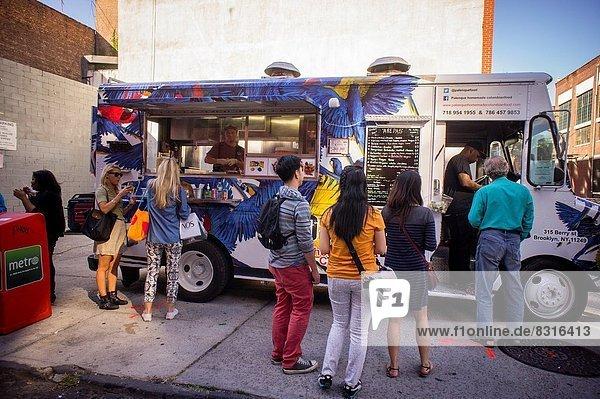 hoch  oben  geben  teilen  Lebensmittel  Wohngebäude  Industrie  Chance  unterhalb  Entwicklung  Brücke  Kunst  Produktion  Lastkraftwagen  Nachbarschaft  Künstler  Natürlichkeit  Preis  Festival  Wachstum  Kolumbien  Brooklyn