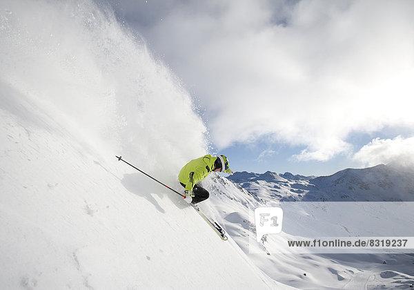 Skifahrer in alpinem Gelände