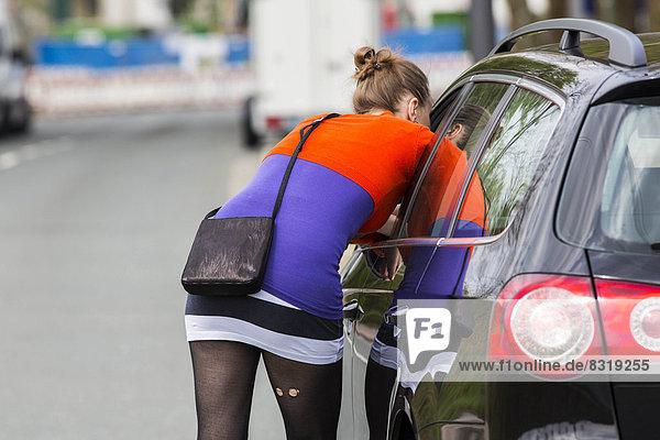 Autostrich  Prostituierte beim Gespräch mit einem Freier