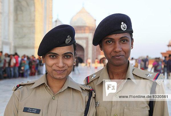 Zwei Sicherheitsbedienstete in Uniform vor dem Taj Mahal