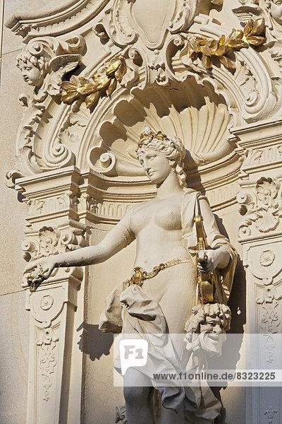 Frauenfigur mit Theatermaske  neobarocker Skulpturenschmuck  Neue Kolonnade  Nová kolonáda