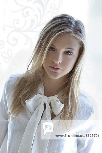 Attraktive blonde junge Frau  Portrait