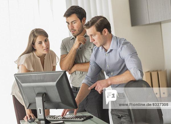 Geschäftsmann und Geschäftsfrau arbeiten im Büro
