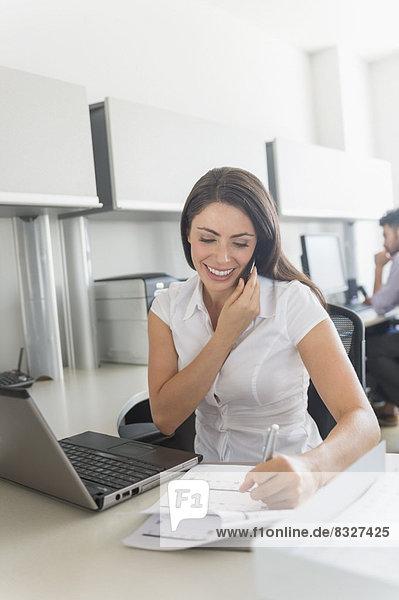 Frau  sprechen  Telefon  Büro  Handy  Schreibarbeit