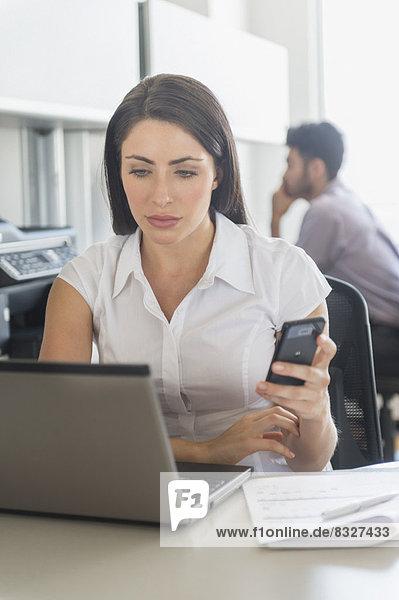 Frau  Notebook  arbeiten  Text  Büro  Kurznachricht