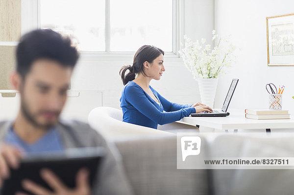 Interior  zu Hause  benutzen  Frau  Mann  Notebook  Tablet PC