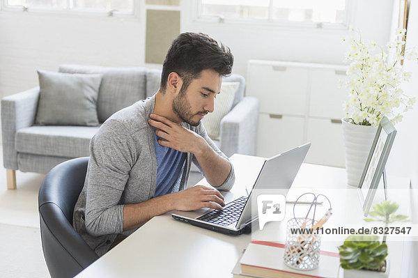 Interior  zu Hause  benutzen  Mann  Notebook