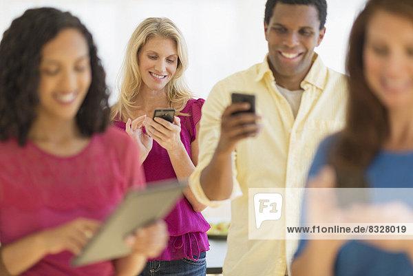 benutzen  Kommunikation  Mensch  Menschen  Gerät