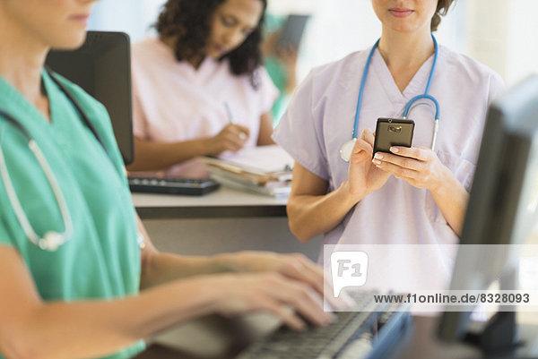 Schreibtisch  arbeiten  Arzt  Krankenhaus  Pflegepersonal  Pfleger