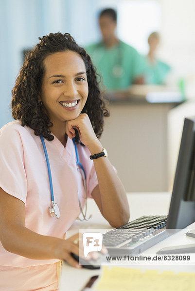 Portrait  Schreibtisch  lächeln  arbeiten  Arzt  Krankenhaus