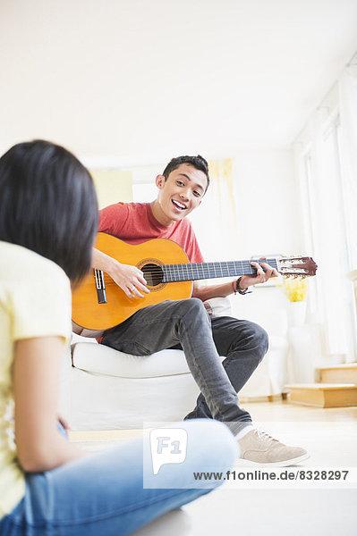 Mann  Spiel  Gesang  Gitarre  jung