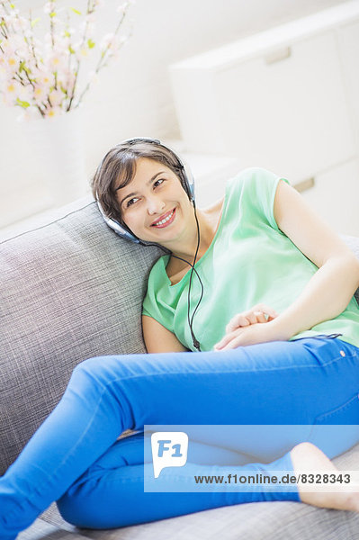 Interior  zu Hause  Frau  zuhören  Musik  jung