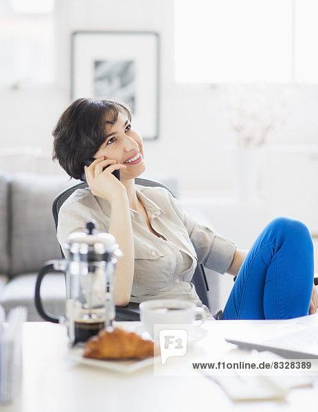 Interior  zu Hause  Frau  sprechen  Büro Heimarbeitsplatz