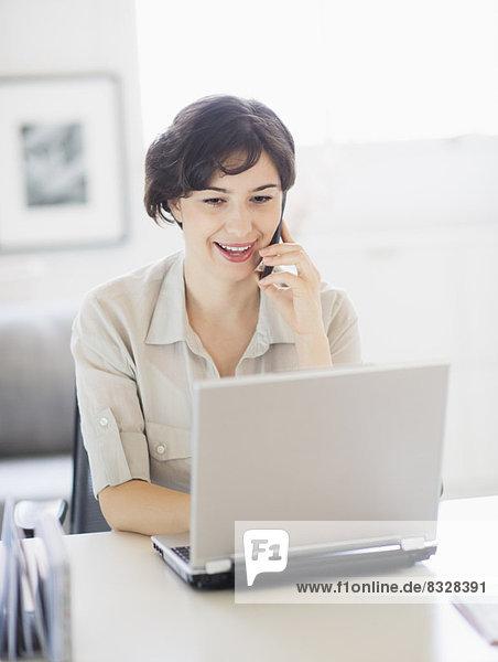 Frau  sprechen  Notebook  arbeiten  Telefon