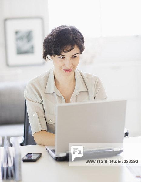Interior  zu Hause  Frau  Notebook  arbeiten  Büro Heimarbeitsplatz