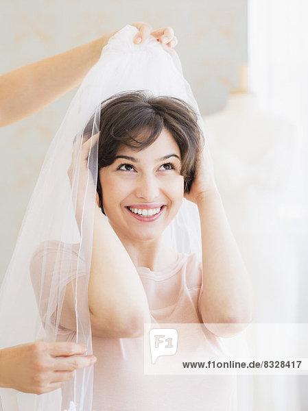 anprobieren  Portrait  Frau  Hochzeit  Schleier