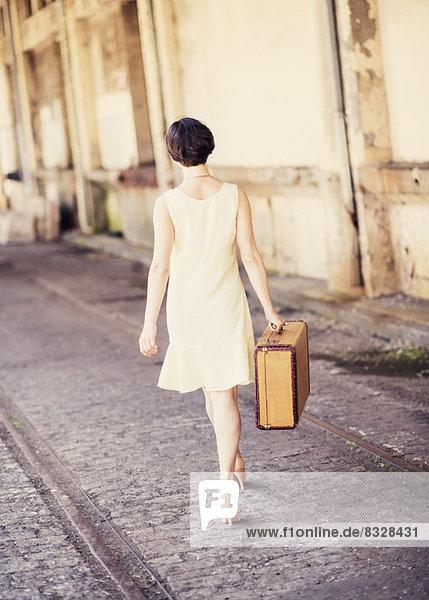 Frau  tragen  Koffer  Rückansicht  Ansicht  Kleid  Haltestelle  Haltepunkt  Station  Zug