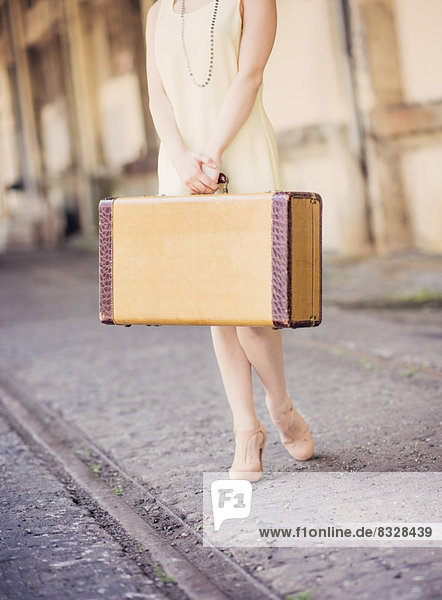 niedrig  Anschnitt  Frau  halten  Koffer  Kleid  Haltestelle  Haltepunkt  Station  Zug