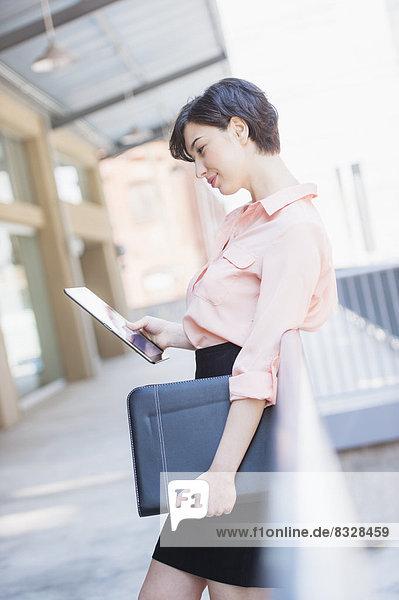 benutzen  Portrait  Frau  Tablet PC  Business