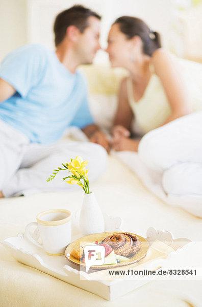 Frau  Mann  Bett  Frühstück