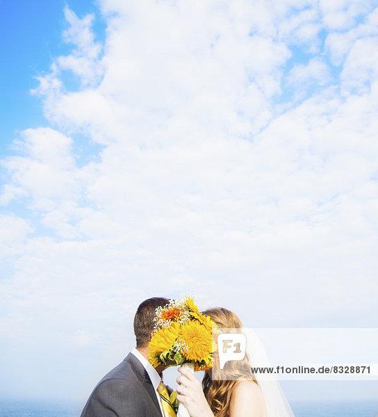 hinter  Blumenstrauß  Strauß  Portrait  Ehepaar  küssen