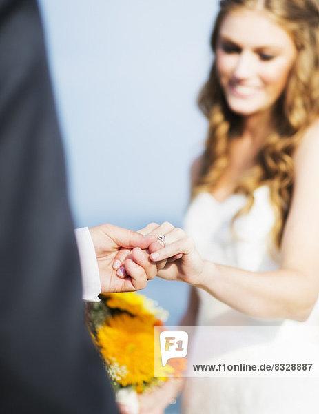Braut und Bräutigam halten sich die Hände