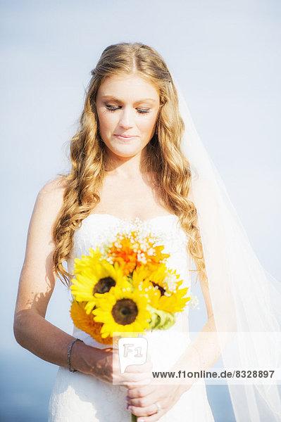 Sonnenblume  helianthus annuus  Blumenstrauß  Strauß  Portrait  Braut  halten