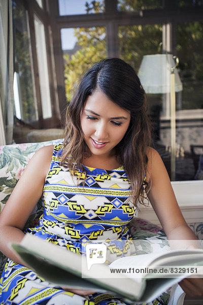 Portrait einer jungen Frau Buch zu lesen