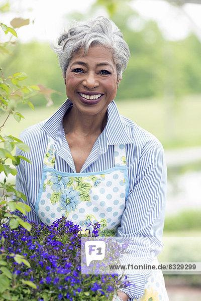 Senior  Senioren  Portrait  Frau  arbeiten  Garten