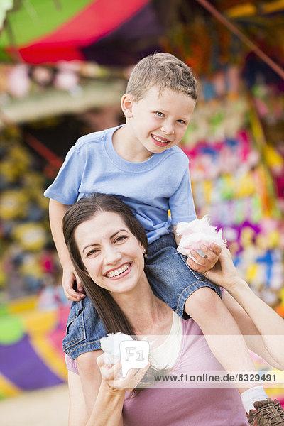 Fröhlichkeit  Sohn  Wolle  Süßigkeit  5-6 Jahre  5 bis 6 Jahre  essen  essend  isst  Mutter - Mensch