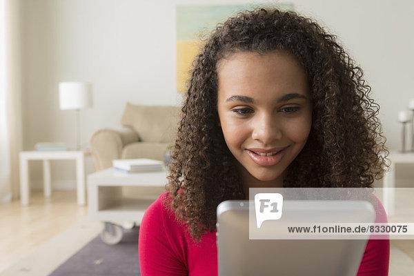 Portrait  Tablet PC  12-13 Jahre  12 bis 13 Jahre  Mädchen