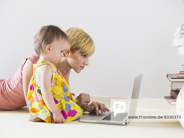 benutzen  Notebook  Tochter  Mutter - Mensch  Baby