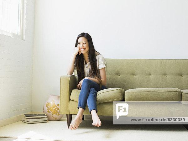 sitzend  Portrait  Frau  Fröhlichkeit  Couch  jung