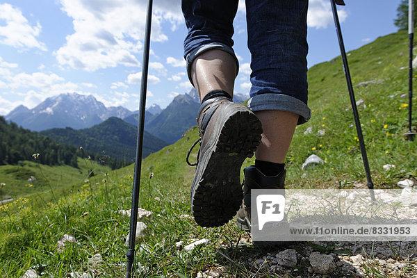 Deutschland  Bayern  Wanderer auf Ramsauer Almerlebnispfad