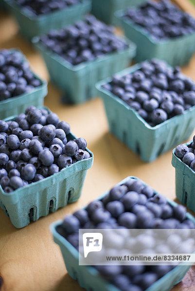 Bio-Obst  ausgestellt an einem Bauernstand. Blaubeeren in Körbchen.