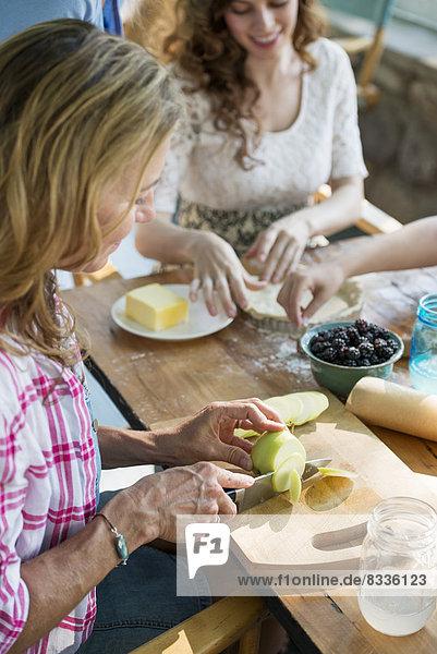 Bauernhaus  Frau  4  backen  backend  backt  Apfel  Generation  Keks  neu
