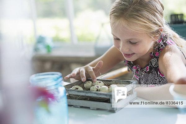 Blume festhalten jung scheckig Mädchen Kleid Untersuchung