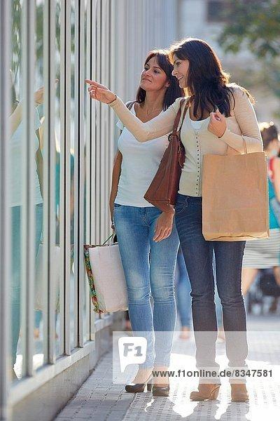 Frau  sehen  Fenster  Schwester  Straße  kaufen  Laden  40  Spanien