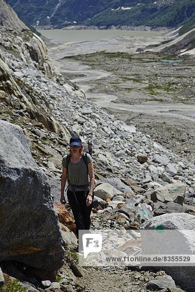 Frau wandert am Lauteraargletscher  Berner Oberland  Schweiz