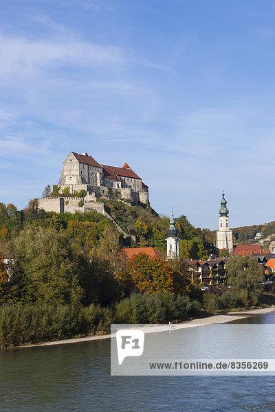 Burg zu Burghausen  vorne die Salzach  Burghausen  Oberbayern  Bayern  Deutschland