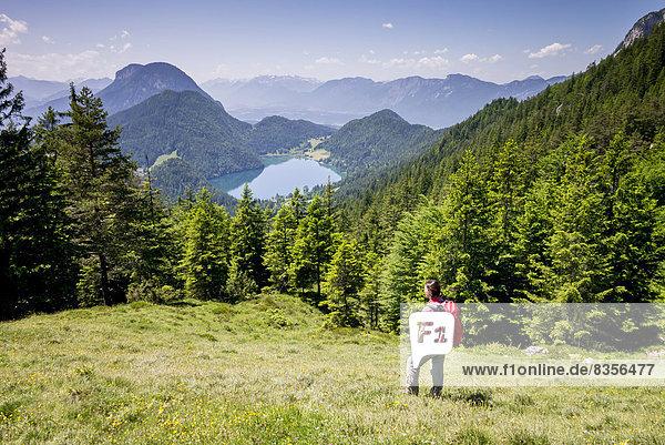 Wanderin schaut vom Wilder-Kaiser-Steig aus auf den Hintersteiner See  am Wilden Kaiser  Kaisergebirge  bei Ellmau  Tirol  Österreich